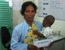 Quỹ Nhân ái hỗ trợ 10 triệu đồng đến em bé Khmer bị hư mắt