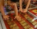 Trải 200 kg vàng cho dân thỏa thuê...giẫm