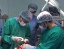 Bác sĩ nhờ phóng viên phẫu thuật não cho nạn nhân động đất