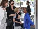 Angelina Jolie vui vẻ đi mua sắm cùng hai con gái