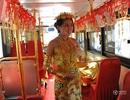 Choáng ngợp cô gái đeo vàng khắp người đi xe buýt