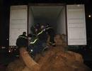Xe Container chở xơ dừa bốc khói giữa đường