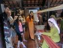 Du khách hào hứng với Ngày hội tơ lụa Việt Nam - ASEAN