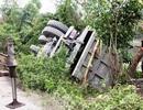 Tránh xe máy, xe tải chở đá lật chổng vó lề đường
