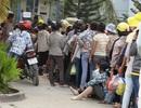 Công nhân xếp hàng chờ cả ngày để rút tiền lương