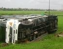 Xe tải lật nhào xuống ruộng trong đêm mưa bão