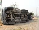 Phanh gấp để tránh CSGT, xe container lật nhào
