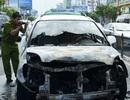 Taxi chở 5 người bốc cháy dữ dội trên đường
