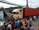 """Container ủi sập 3 căn nhà, 9 người """"suýt"""" chết"""