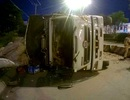 Xe tải mất lái ủi tung dải phân cách, lật nhào trên quốc lộ