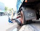 Xe tải lao lên vỉa hè, tông 2 người thương vong