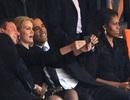 """Obama gây bão vì chụp ảnh """"tự sướng"""" tại tang lễ Mandela"""