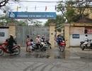"""Học sinh """"lĩnh đủ"""" vì rác thải tập kết trước cổng trường"""