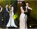 """Trương Ngọc Ánh """"ngượng ngùng"""" ôm chồng cũ trên sân khấu"""
