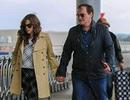 """Đạo diễn """"chuyên phim bạo lực"""" tay trong tay với bạn gái tại sân bay"""
