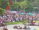 Hàng trăm người đứng kín bờ sông Hương cổ vũ đua ghe
