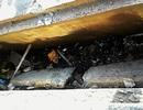 Nhiều nắp cống gần cây xăng bật nổ