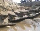 Khai quật con tàu nằm sâu dưới cát trên bờ biển