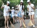 Người đẹp Nữ hoàng Trang sức quét rác ở Hồ Gươm