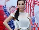 Hoa hậu Thu Hoài diện váy lạ mắt đến ủng hộ Trấn Thành