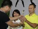 Diễn viên Minh Tiệp trao cúp vô địch cho Long Vũ
