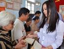 Hoa hậu Thu Hoài ăn mặc giản dị đi làm từ thiện