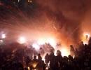 """""""Hoảng hồn"""" với lễ hội bắn pháo hoa vào đám đông để cầu may"""