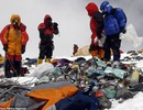 Muốn chinh phục Everest, xin mời... thu gom rác