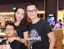 Hoàng Bách đưa vợ và con trai đi xem phim