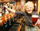 Cụ bà 100 tuổi vẫn làm nhân viên pha chế