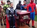Siêu nhân hộ tống đám tang của cậu bé 5 tuổi