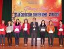 Tặng quà hơn 700 sinh viên nghèo về quê ăn Tết