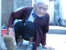 Mẹ già 93 tuổi bị con trai 70 tuổi đánh bằng chổi