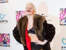Lady Gaga mặc bikini và vẽ râu trên mặt