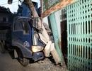 Xe tải húc đổ cột điện, lao thẳng vào nhà dân
