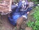 Phát hiện một thi thể nằm cạnh xe máy bên đường