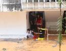 """Mưa lớn gây ngập nặng, sinh viên nháo nhác """"cứu"""" tài sản"""