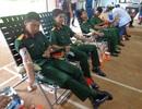 Hàng trăm cán bộ chiến sĩ tham gia hiến máu nhân đạo
