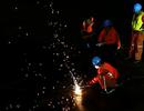 Cứu hộ Trung Quốc cắt đáy tàu, cho thợ lặn tiến vào trong