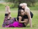 Ngộ nghĩnh hình ảnh Trà Ngọc Hằng tập yoga cùng cháu gái