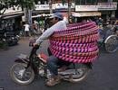 Sách ảnh về xe máy chở hàng của Việt Nam nổi tiếng thế giới