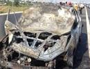 4 người thoát khỏi ô tô bốc cháy dữ dội trên cao tốc Long Thành