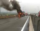 Xe container bốc cháy dữ dội trên đường cao tốc