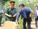 Thủ tướng Campuchia thắp hương từng ngôi mộ tại khu di tích Đoàn 125
