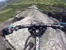 Thót tim màn đổ dốc xe đạp trên vách núi cheo leo