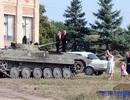 Lái xe tăng chở con đến trường trong ngày đầu đi học