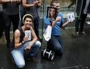 Robot cũng xếp hàng chờ mua iPhone 6S