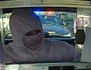 """Tên cướp """"xui xẻo"""" phạm tội ngay trước mắt cảnh sát"""