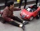 Người phụ nữ đòi gọi cứu thương vì... bị xe đồ chơi tông