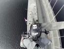 Lái xe máy mạo hiểm trên vòm cầu cao hơn 6m